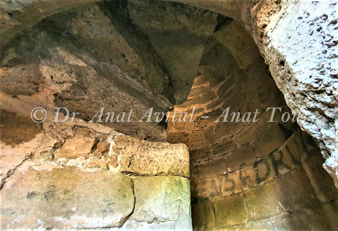 """חדר מדרגות לולייניות אל מגדל המסגד בנבי רובין, חולות פלמחים, צילום: ד""""ר ענת אביטל"""