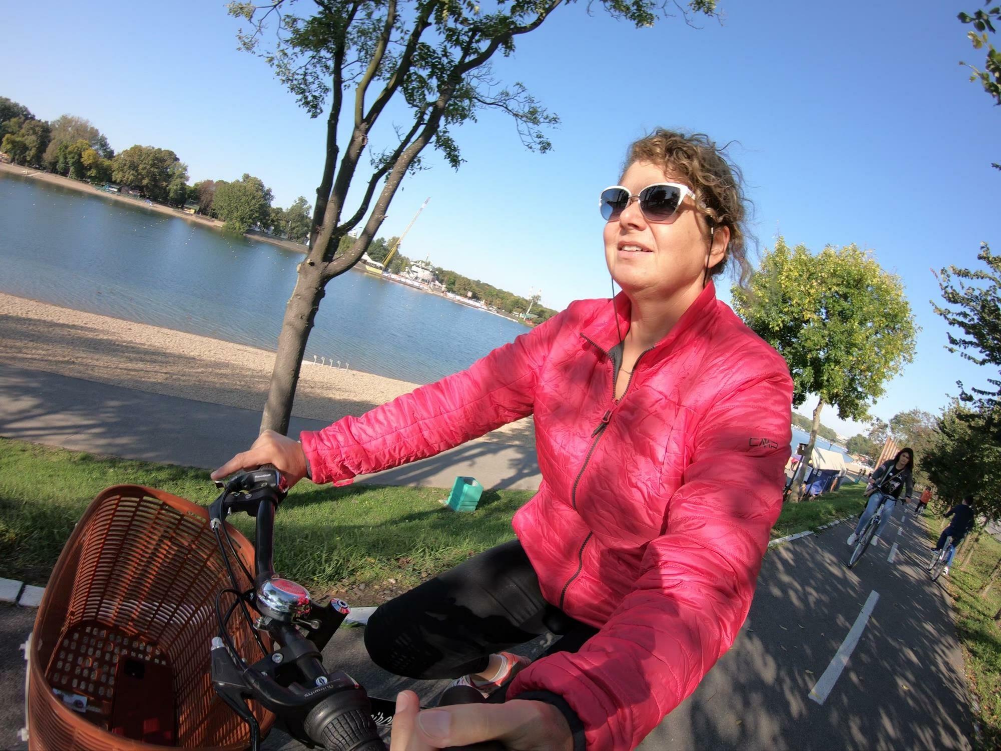 אופניים להשכרה, סירות להשכרה, פארק אדה, על אגם סאווה בבלגרד סרביה, מטיילים עם ענת
