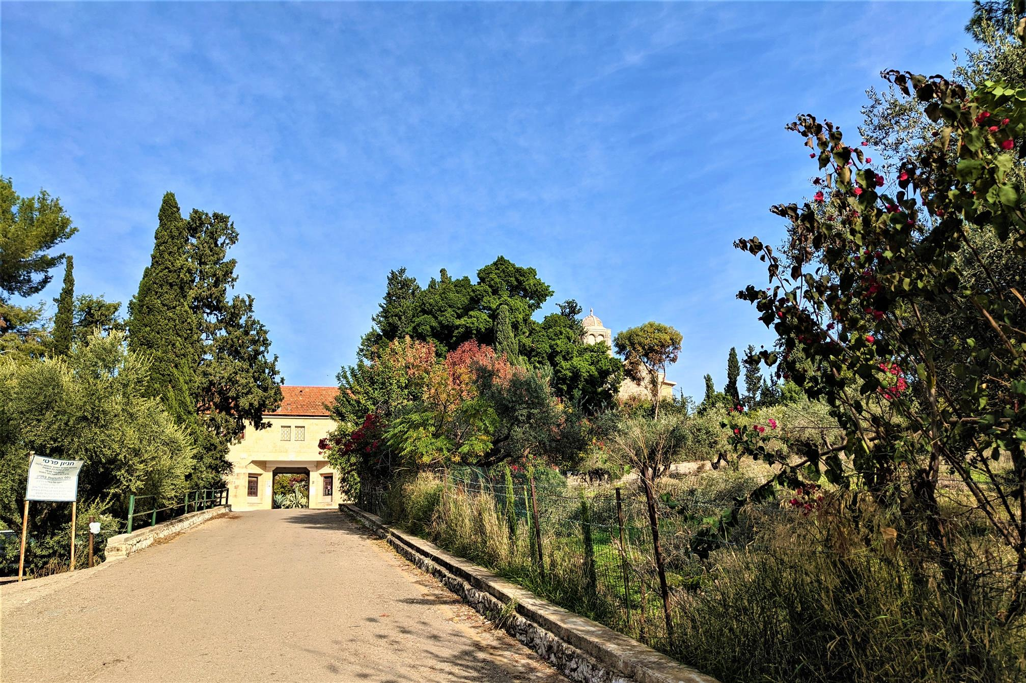 """כניסה לחצר מנזר השתקנים לטרון, צילום: ד""""ר ענת אביטל"""