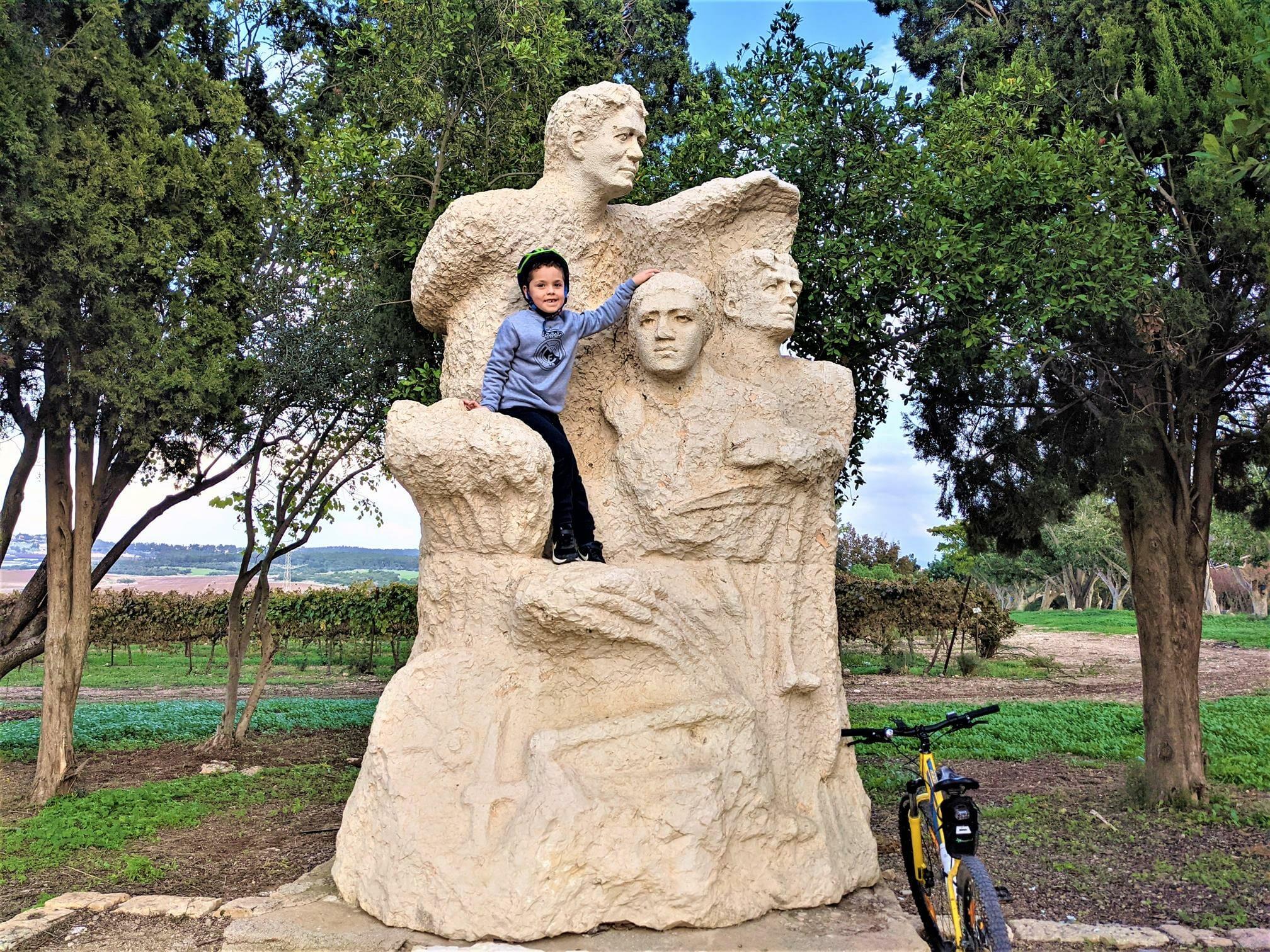 """אנדרטת אפרים זיציק, אופניים עם ילדים, יער חולדה, צילום: ד""""ר ענת אביטל"""