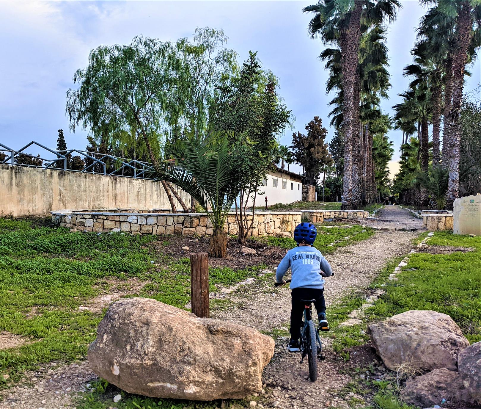 """אופניים עם ילדים, בית הרצל חוות חולדה, יער חולדה, צילום: ד""""ר ענת אביטל"""