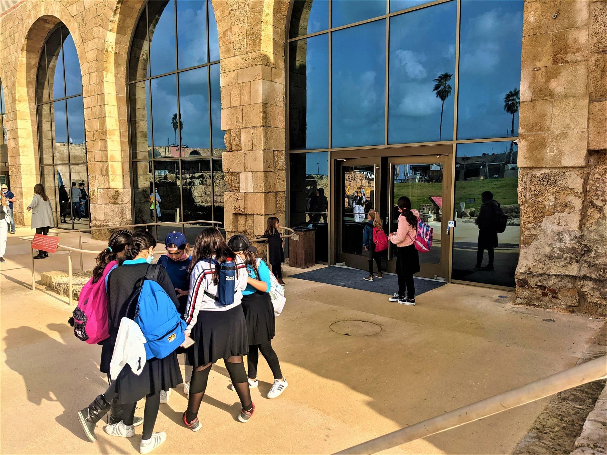 """טיול חורף לתלמידות דתיות מירושלים, קיסריה העתיקה ונחל חדרה, צילום: ד""""ר ענת אביטל"""