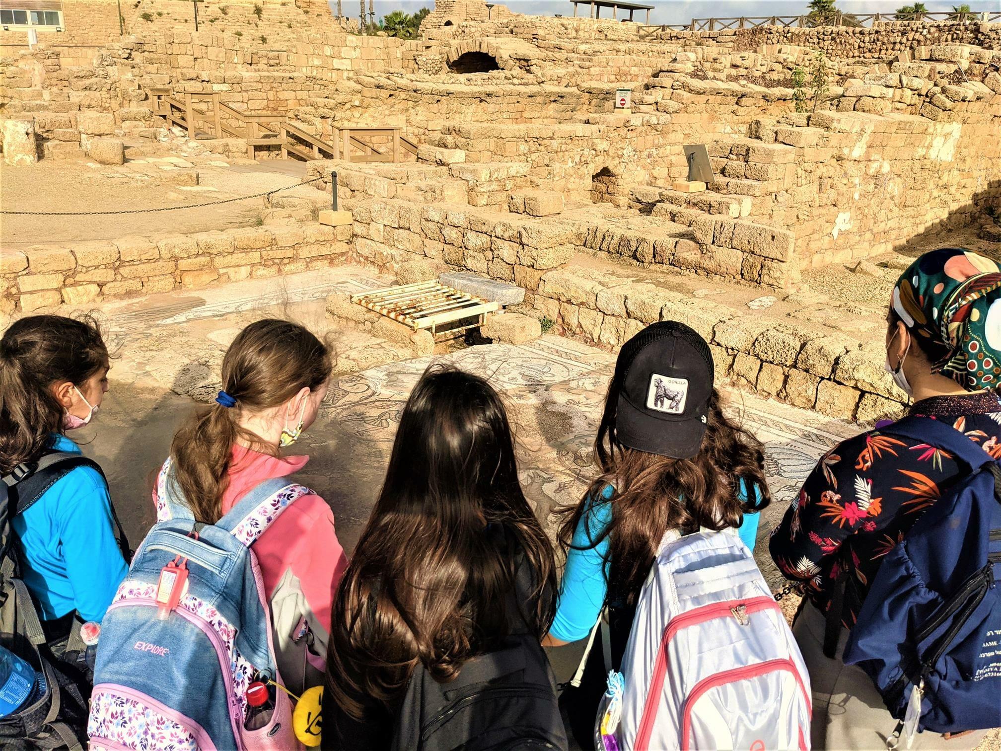"""פסיפס ביזנטי בטיול חורף לתלמידות דתיות מירושלים, קיסריה העתיקה ונחל חדרה, צילום: ד""""ר ענת אביטל"""