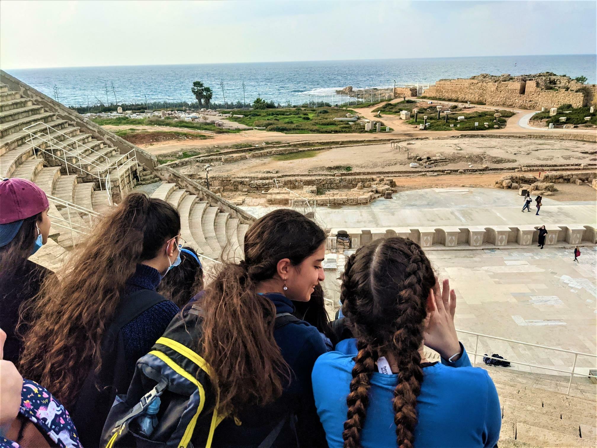 """התיאטרון הרומי - טיול חורף לתלמידות דתיות מירושלים, קיסריה העתיקה ונחל חדרה, צילום: ד""""ר ענת אביטל"""