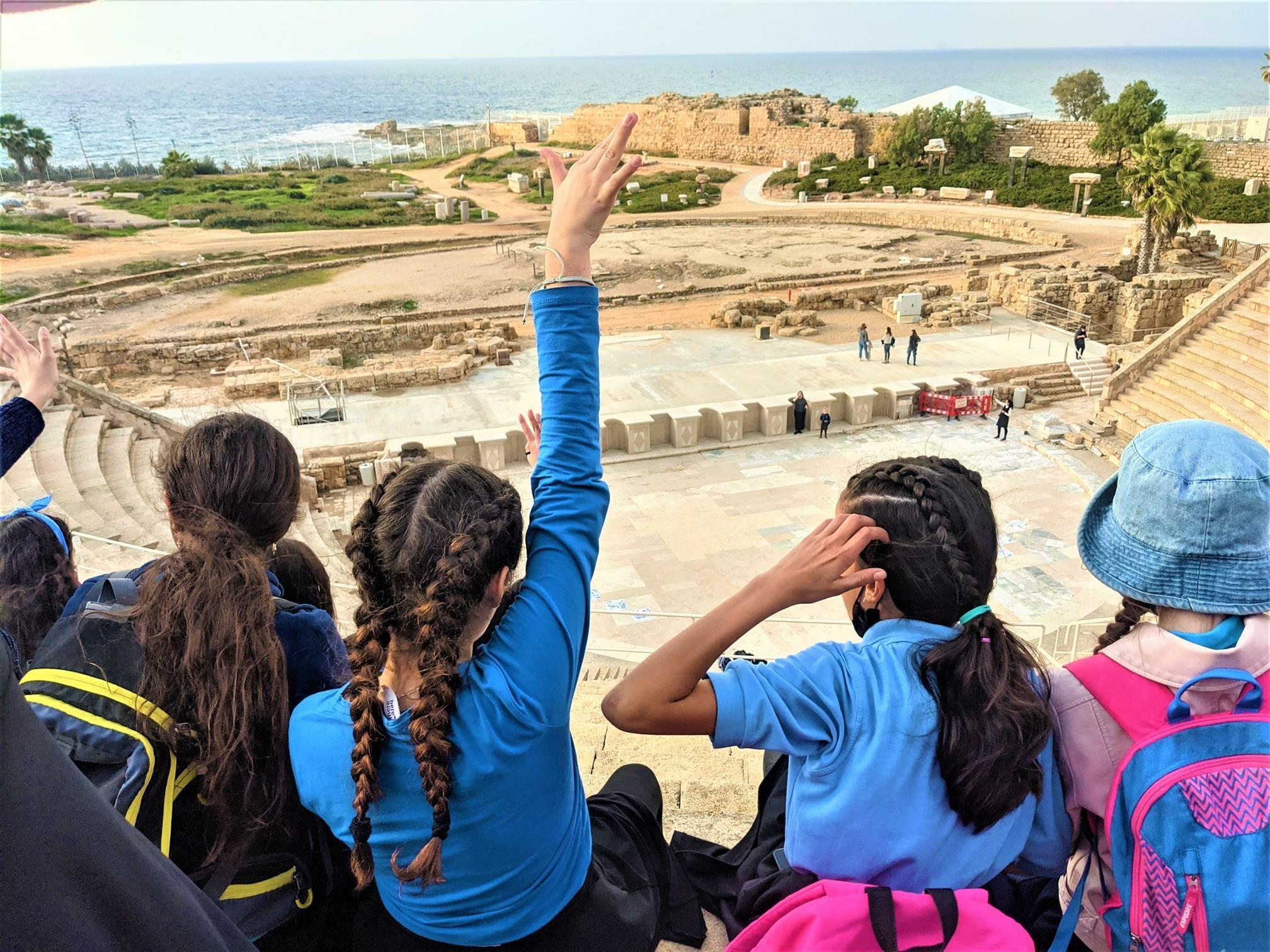 """יושבות במרומי התיאטרון הרומי - טיול חורף לתלמידות דתיות מירושלים, קיסריה העתיקה ונחל חדרה, צילום: ד""""ר ענת אביטל"""