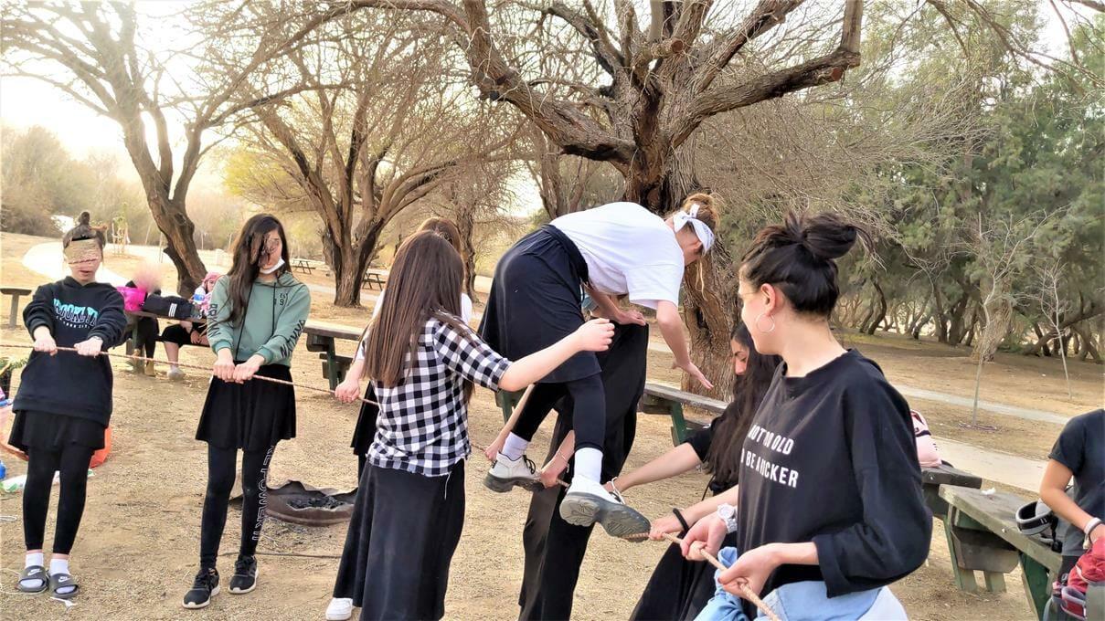 """הפעלת ODT חבלים ואתגרי יציבות, טיול שנתי לסמינר בנות חרדיות בתיכון, פארק אגם ירוחם, צילום: ד""""ר ענת אביטל"""
