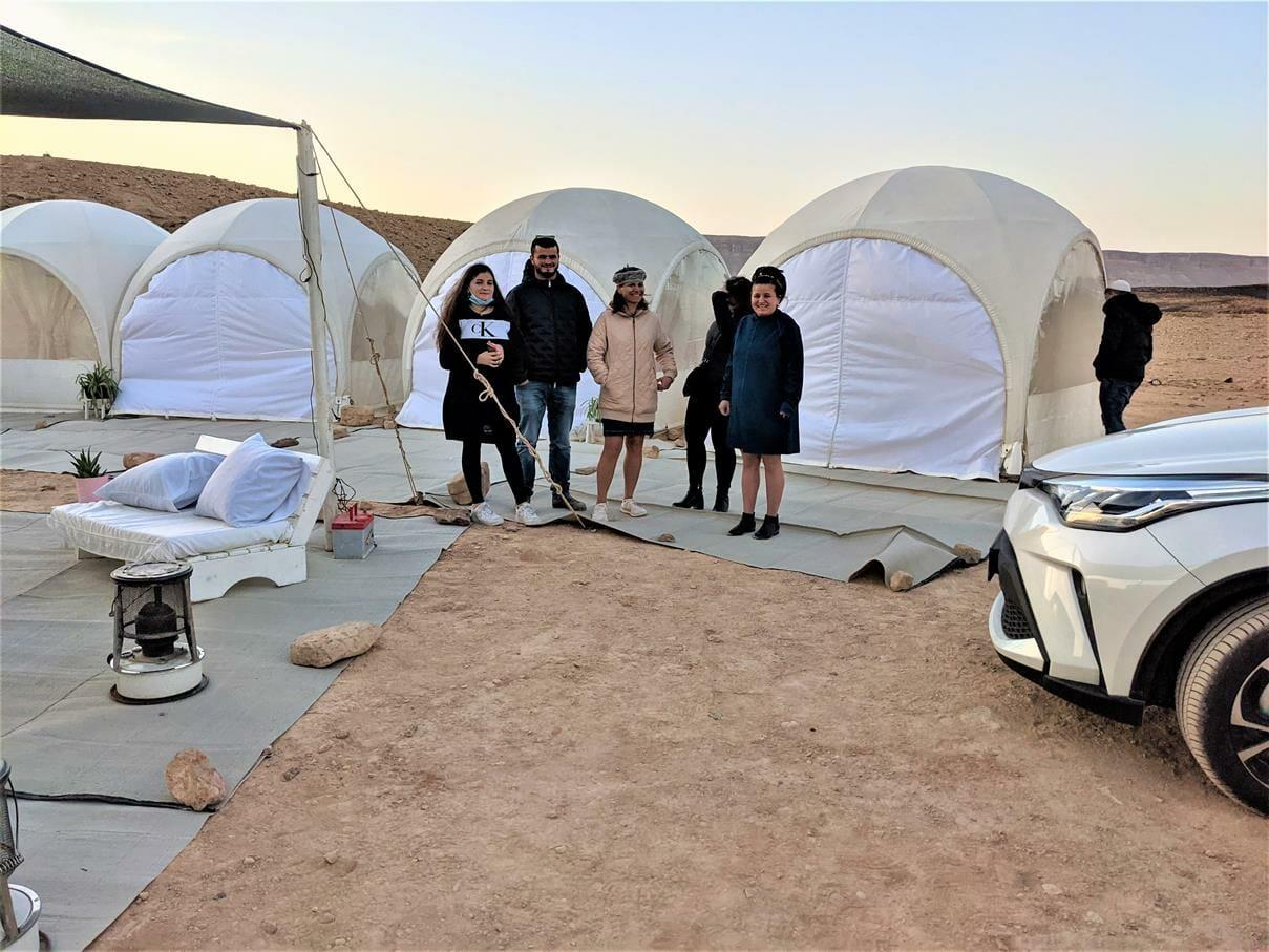 """משפחת סופר באירוח VIP באוהלי גלאמפינג מדבריים במכתש רמון, ארוחות, לינה מדברית, טיולים, אטרקציות, צילום: ד""""ר ענת אביטל"""