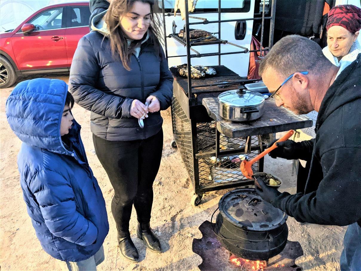 """קבלת פניםלמשפחת סופר עם מרק כתום חם וטעים - אירוח VIP אוהלי גלאמפינג מדבריים במכתש רמון, ארוחות, לינה מדברית, טיולים, אטרקציות, צילום: ד""""ר ענת אביטל"""