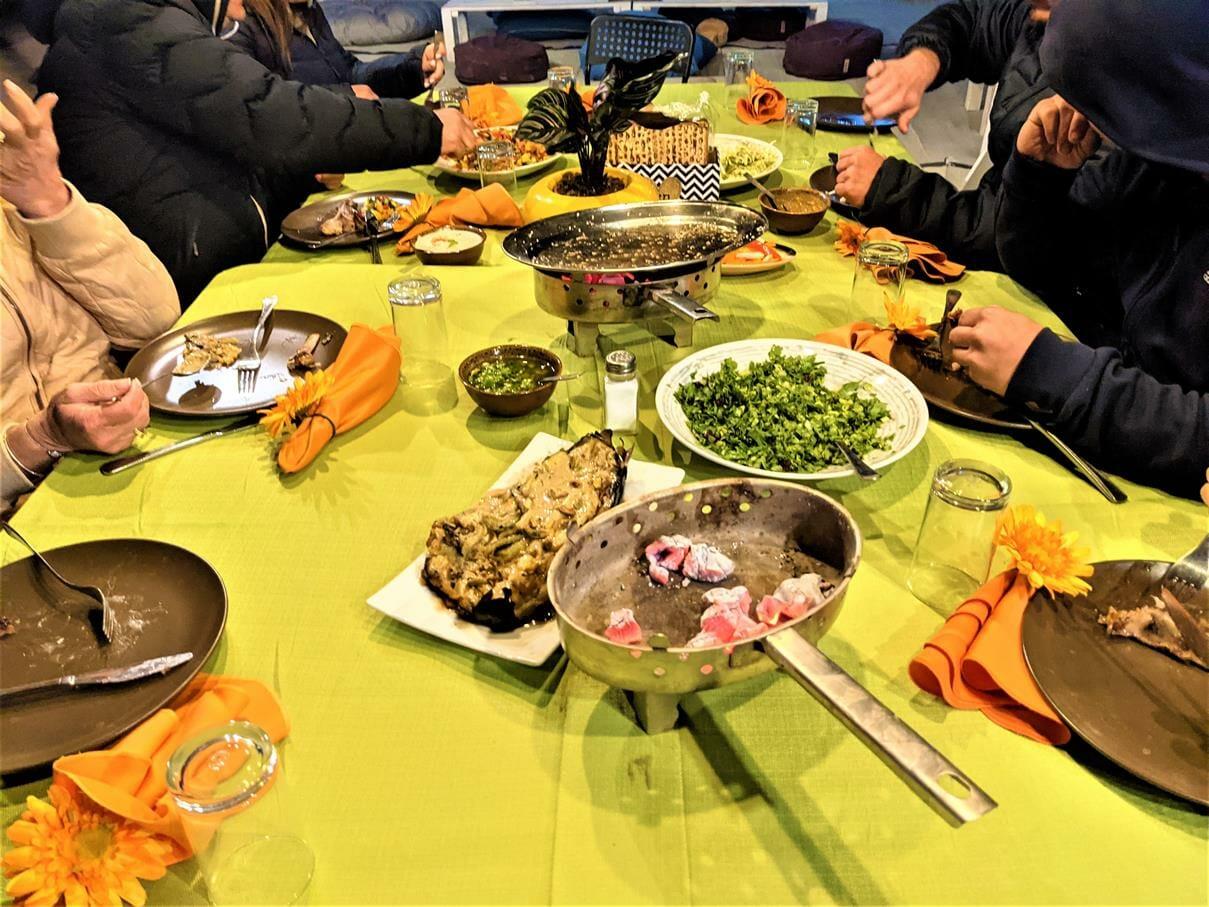 """ארוחת ערב עשירה VIP למשפחת סופר, בשרים איכותיים על האש, ירקות והגשה מפוארת, אוהלי גלאמפינג מפוארים ומחוממים, צילום: ד""""ר ענת אביטל"""