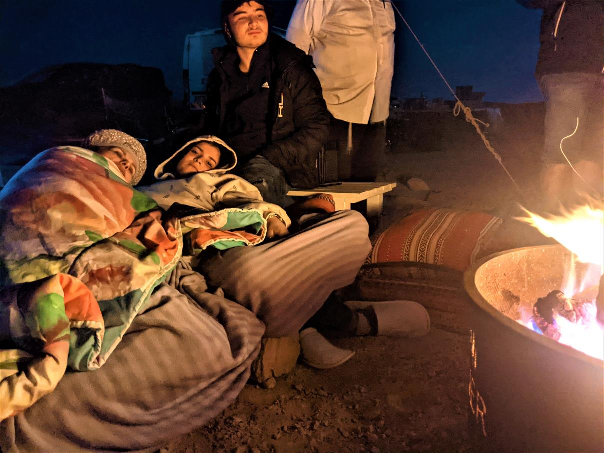 """תצפית כוכבים בליל ירח למשפחת סופר, אירוח VIP אוהלי גלאמפינג מדבריים במכתש רמון, ארוחות, לינה מדברית, טיולים, אטרקציות, צילום: ד""""ר ענת אביטל"""