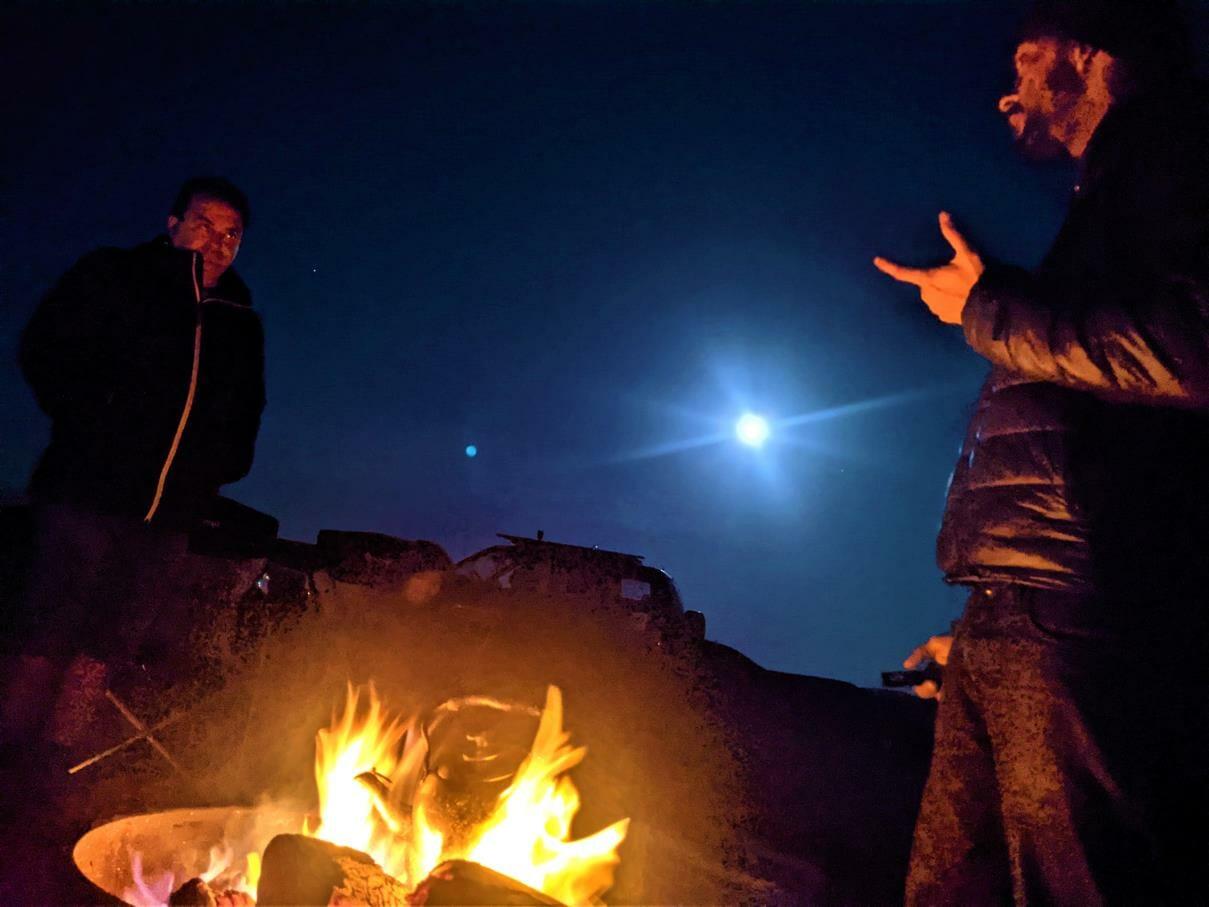 """תצפית כוכבים בליל ירח, אירוח VIP אוהלי גלאמפינג מדבריים במכתש רמון, ארוחות, לינה מדברית, טיולים, אטרקציות, צילום: ד""""ר ענת אביטל"""