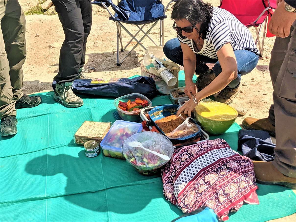 """ארוחת שטח, אל לבור עוזיהו במדבר יהודה, טיול ג'יפים למשפחת עוזי דובי, חוה""""מ פסח 2021, צילום: ד""""ר ענת אביטל"""
