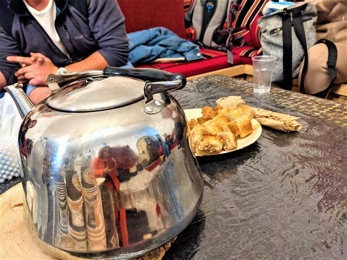 קפה ותה ובקלוואה אירוח דרוזי בדיוואן של מונה בדליית אל-כרמל, טיול יומולדת משפחות 2021
