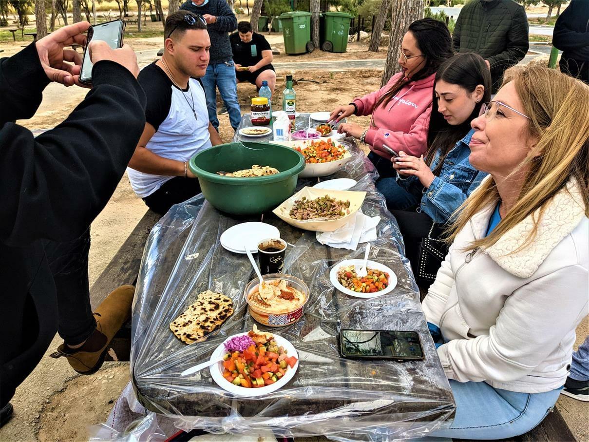"""טיול ובישולי שדה לסטודנטים מאורט אורמת אל עוטף עזה, אפיית פיתות וארוחה בחניון חץ שחור, צילום: ד""""ר ענת אביטל"""