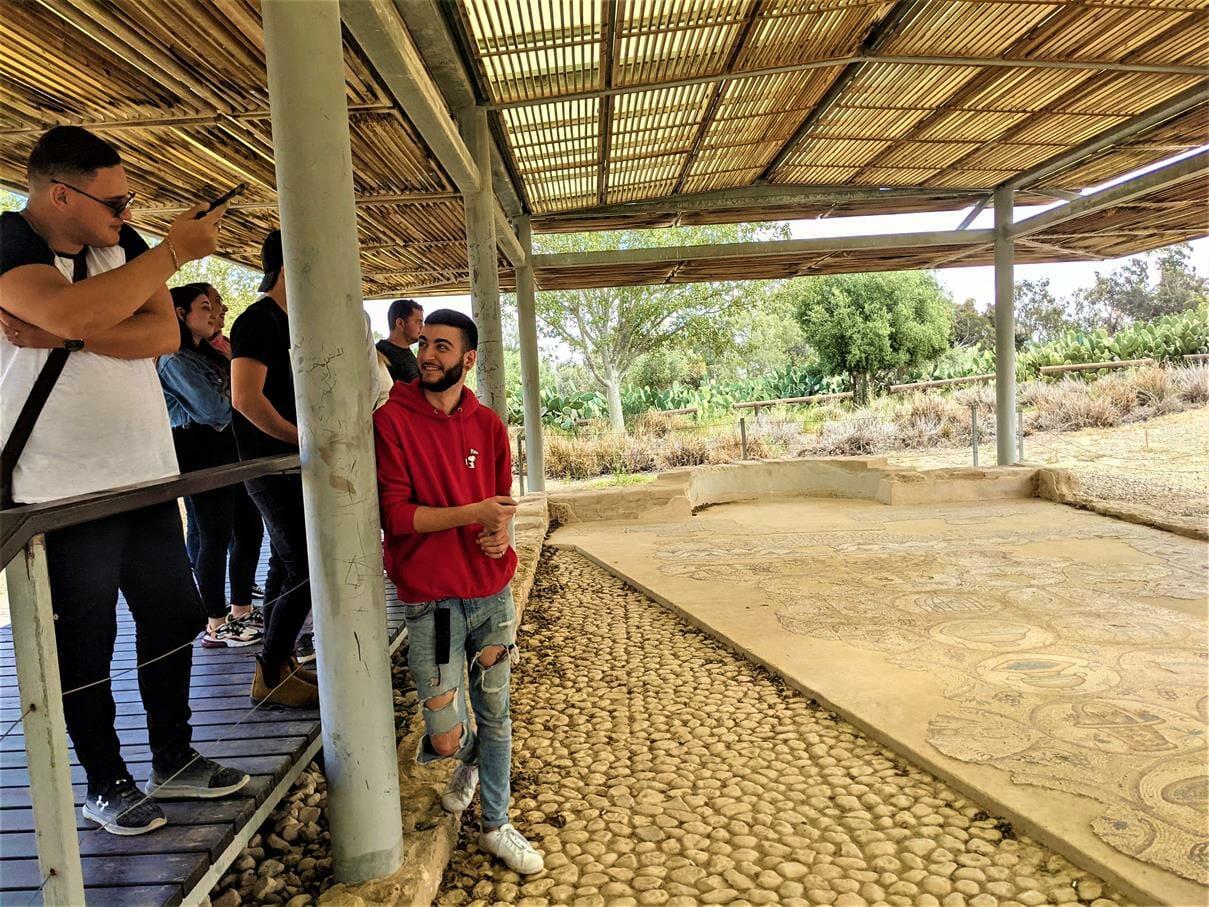 """טיול ובישולי שדה לסטודנטים מאורט אורמת אל עוטף עזה, פסיפס בית כנסת מעון-נירים, צילום: ד""""ר ענת אביטל"""