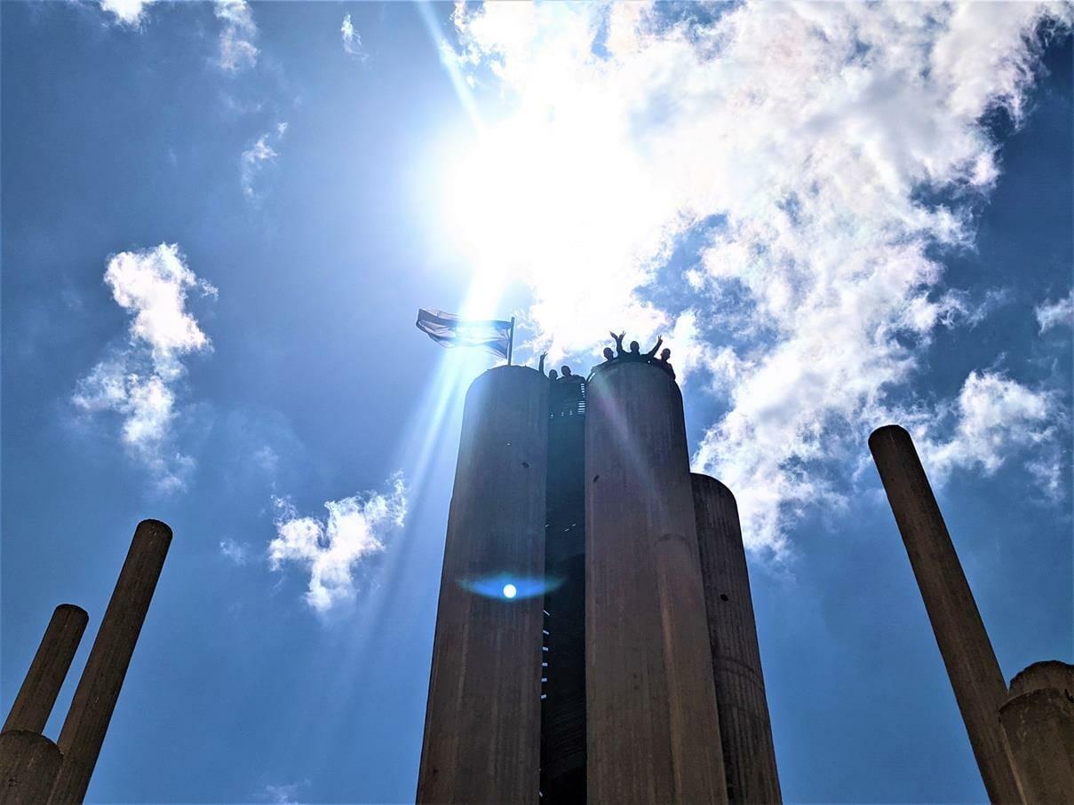 """טיול ובישולי שדה לסטודנטים מאורט אורמת אל עוטף עזה, אנדרטת אוגדת הפלדה, צילום: ד""""ר ענת אביטל"""