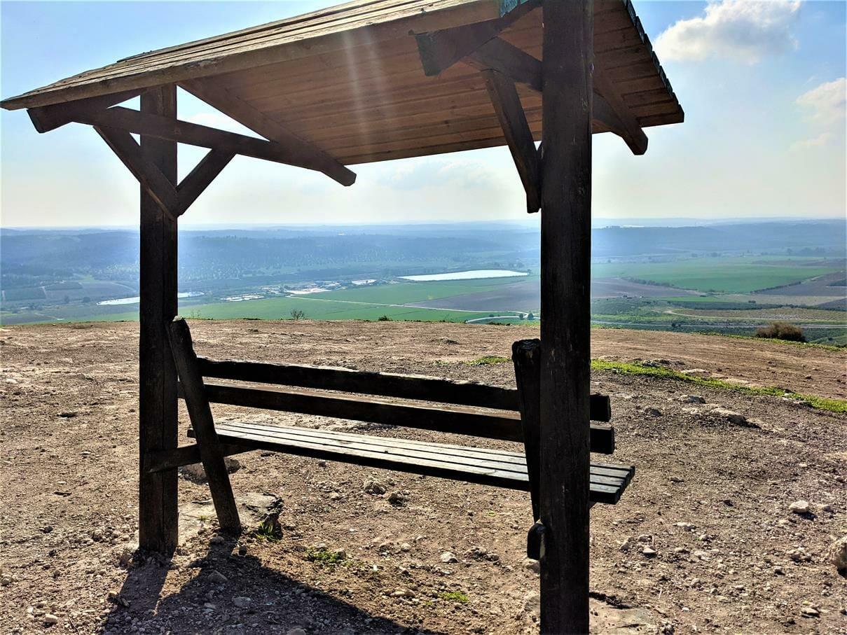 """ספסל מול הנוף אל המערב מתצפית מרהיבה ביער צרעה, צילום: ד""""ר ענת אביטל"""