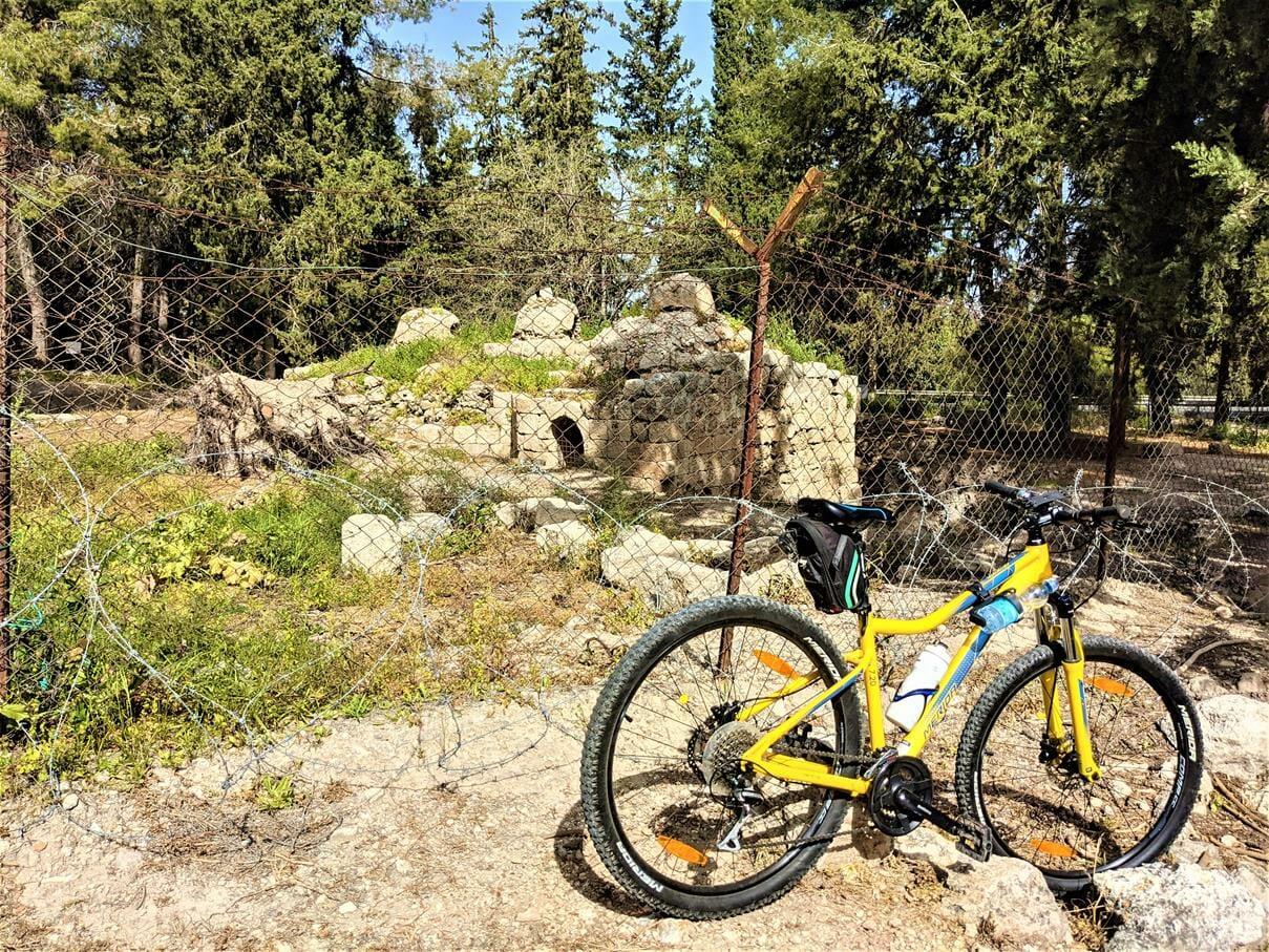 """טיול אופניים בפארק קנדה, בית מרחץ רומי אמאוס-לטרון, צילום: ד""""ר ענת אביטל"""