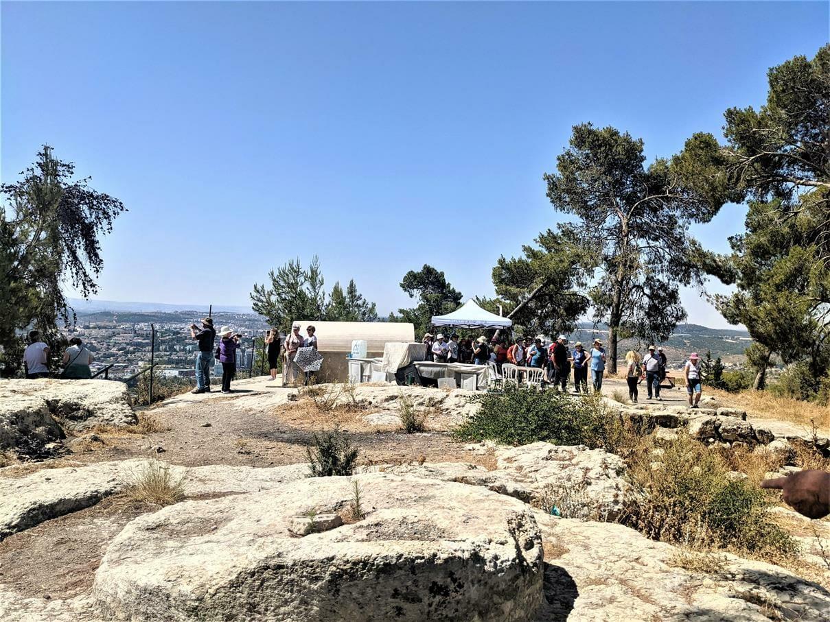 """קבר שמשון הגיבור ומנוח אביו, תל צרעה, טיול מועדון סגל אוניברסיטת תל אביב, צילום ד""""ר ענת אביטל"""