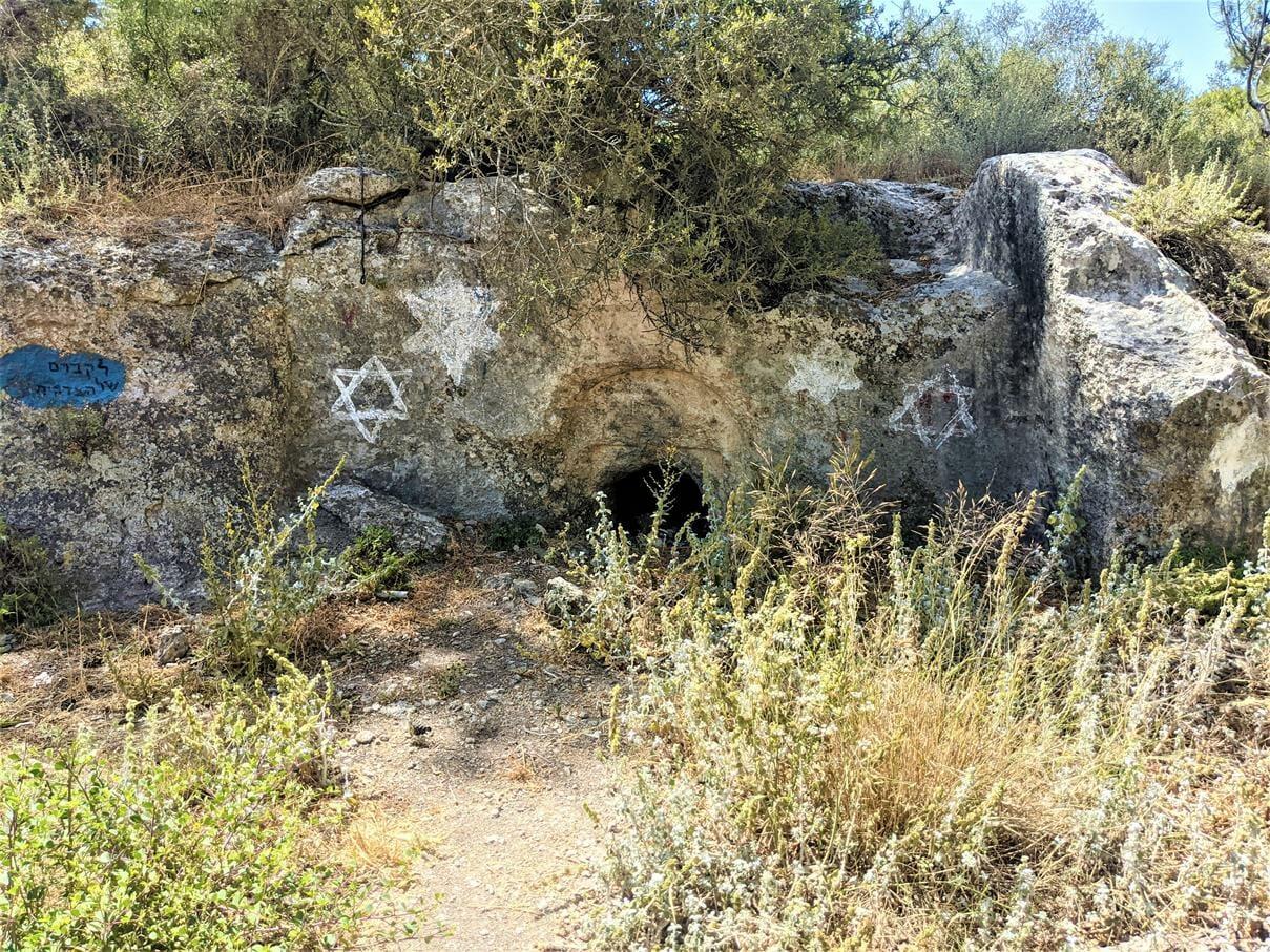"""מערת קבורה יהודית למרגלות תל צרעה ביער הנשיא, צילום ד""""ר ענת אביטל"""