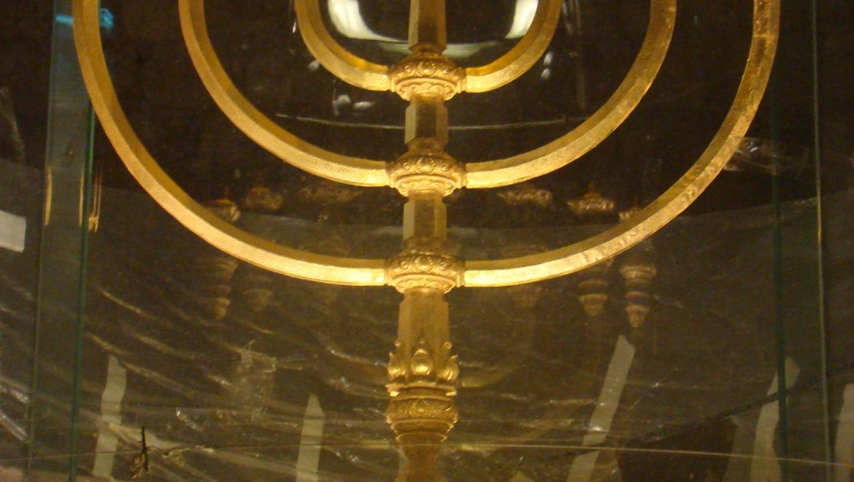 מנורת הזהב ברובע היהודי מול הכותל המערבי בירושלים
