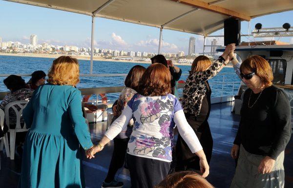 """טיול גמלאיות מכפר חב""""ד, נובמבר 2018: לאשדוד – פארק נחל לכיש ושייט בספינה באשדוד"""