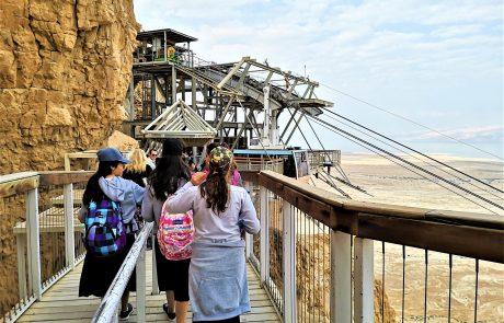 טיול שנתי לבית יעקב בנות אלעד: בנות חרדיות במצדה וחוף נפרד בים המלח